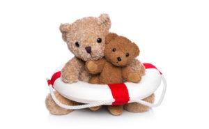 Mutter und Kind Teddybr isoliert im Schwimmkurs